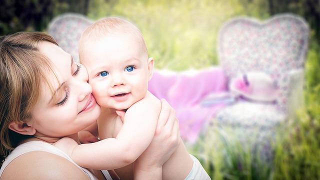 Mateřství, mateřská láska, matka s miminkem.